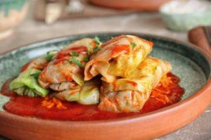 Соус для голубцов– прекрасный способ придать блюду изысканный вкус и аромат.